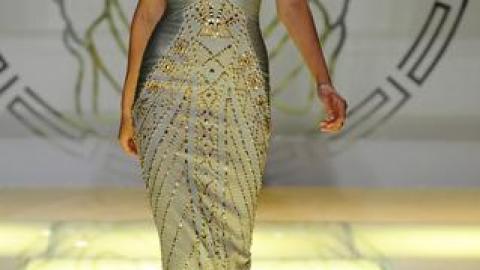 Model Lindsey Wixson's Tragic Tumble On Versace Runway   StyleCaster