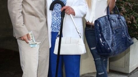 Momma Pratt Smiles for the Paparazzi   StyleCaster