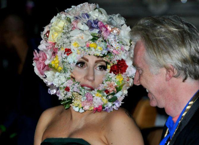 lady gaga philip treacy show Lady Gaga Sides with Oscar de la Renta in Feud with Fashion Critic Cathy Horyn