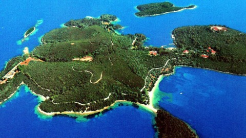 The Vivant's Top 10: Aristotle Onassis' Island Sold and Camping in the Serengeti | StyleCaster