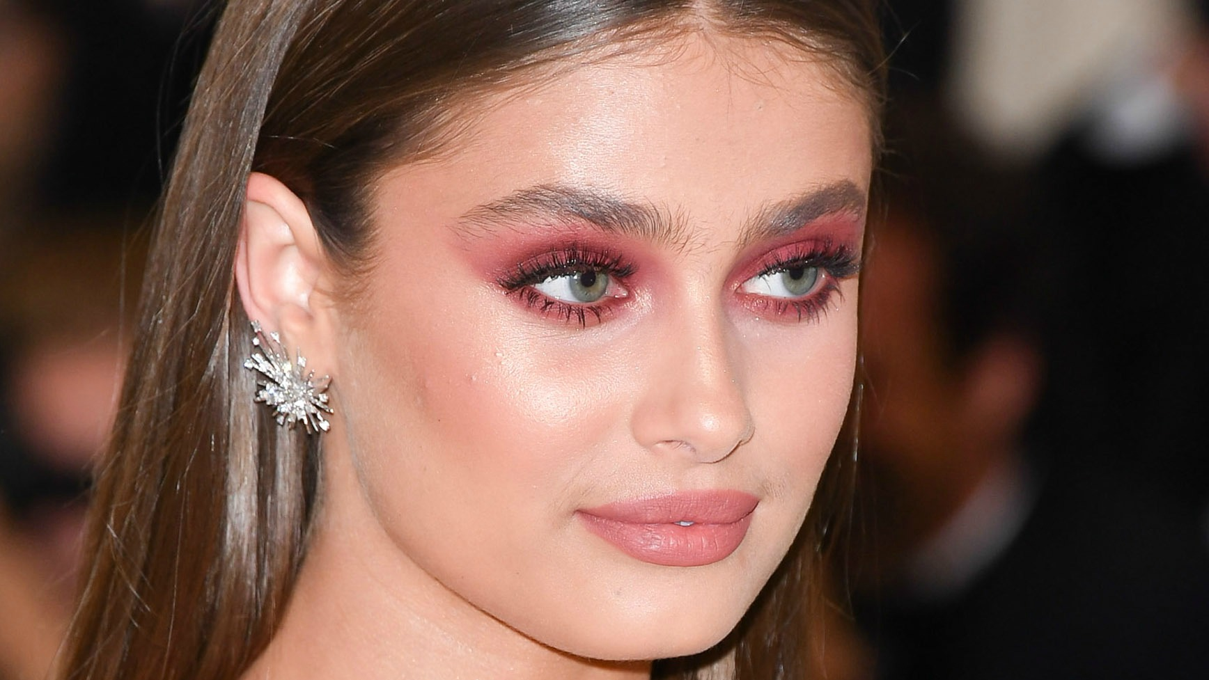 How to Nail the Red Eyeshadow Look