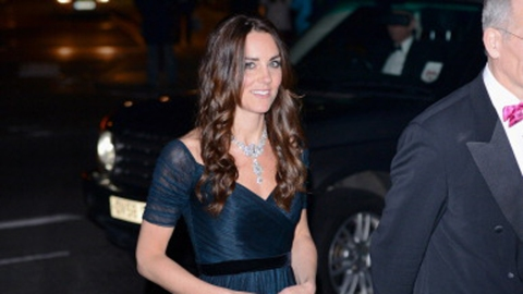 Kate Middleton Borrows Queen's Jewels  | StyleCaster