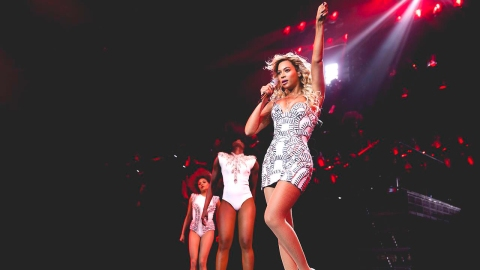See Beyoncé's Awesome Versace Costumes | StyleCaster