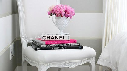 21 Chic Ways to Decorate Your Apartment With Books