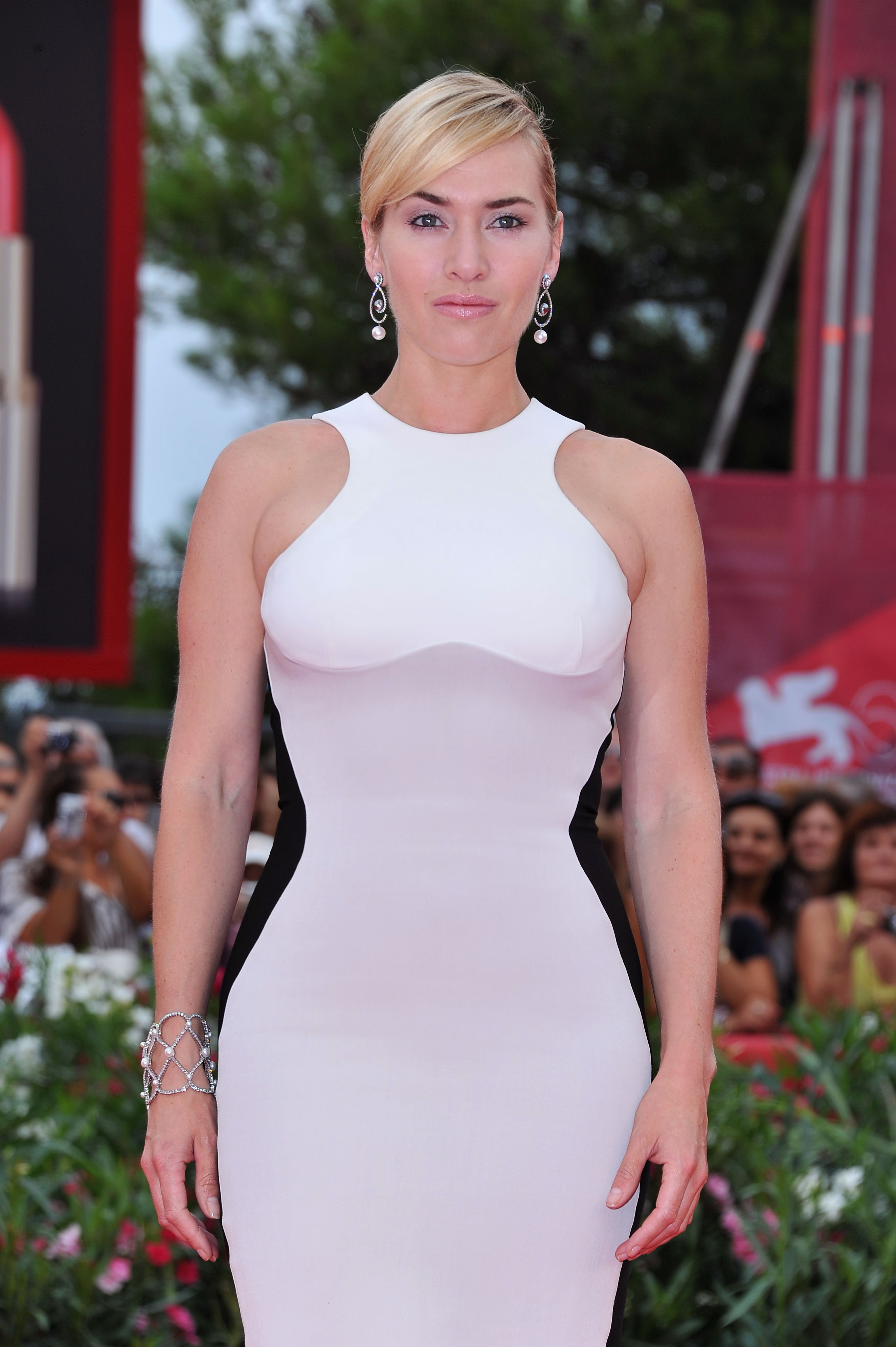 How to fake a hot body | An optical illusion dress with black side panels makes you look thinner | Kate Winslet wearing the Stella McCartney optical illusion dress