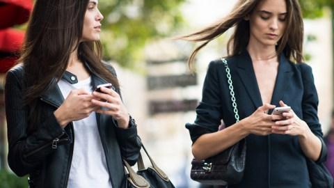 Smartphone Etiquette, Explained | StyleCaster