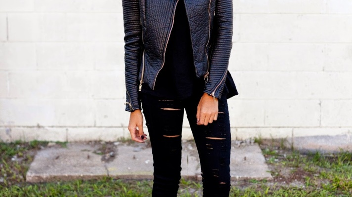 30 Outfits That'll Make You Want to Wear Black Ripped Jeans Every Day