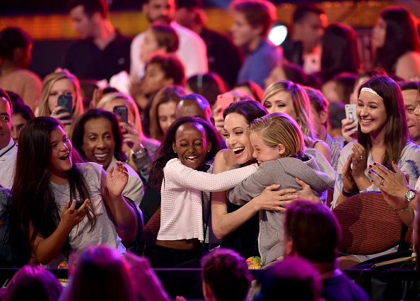 anglie Angelina Jolie Ruled the Kids Choice Awards With Moving Speech—and Adorable Daughters