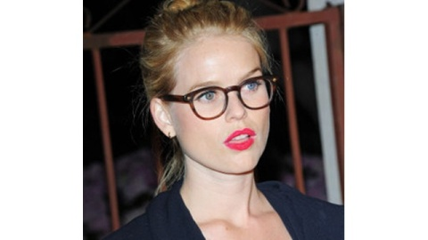 Get the Look: Actress Alice Eve Goes For a Fuchsia Lip | StyleCaster