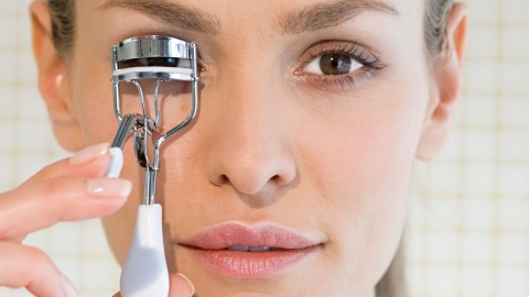Ask an Expert: How Should I Be Using an Eyelash Curler? | StyleCaster