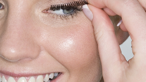 The New Way To Apply False Lashes | StyleCaster