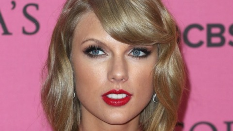 Taylor Swift Steals the Show With Her Red Lip   StyleCaster