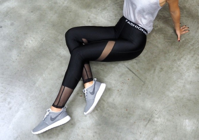 fitness blogger in leggings at the gym