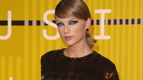 Must Watch: Swift's Acoustic Version of 'Out of the Woods'  | StyleCaster