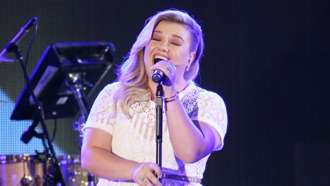 See Kelly Clarkson's 'Idol' Performance That Had Everyone in Tears Last Night  | StyleCaster