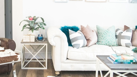 5 Expert Tips to Help You Incorporate Throw Pillows into Your Decor | StyleCaster