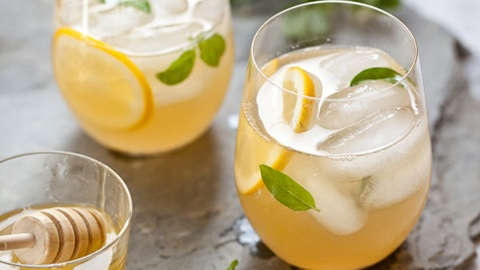 7 Tricked-Out Lemonade Recipes to Try This Spring | StyleCaster