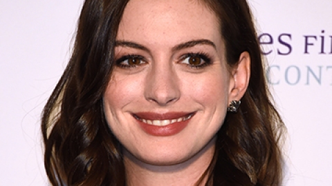 News: Anne Hathaway Goes Blonde   StyleCaster