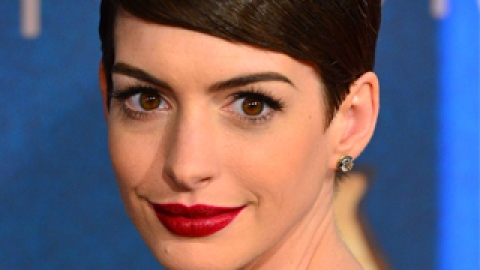 """Get The Look: Anne Hathaway's Bold Lip at """"Les Miserables"""" Premiere 