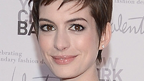 Daily Inspiration: Anne Hathaway's Edgy Pixie And Metallic Shadow Combo | StyleCaster