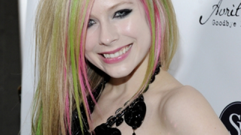 Avril Lavigne Teams Up With Sally Hansen | StyleCaster