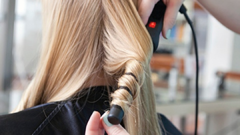 The Right Way to Use a Curling Wand | StyleCaster