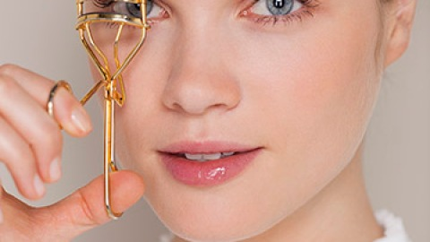 These Eyelash Curler Mistakes Could Be Ruining Your Lashes | StyleCaster