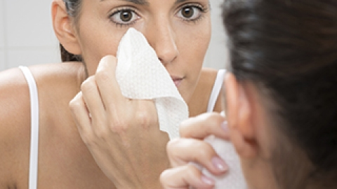 You're Doing It Wrong: Using Face Wipes   StyleCaster