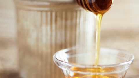 4 Honey-Based Hair Tricks and Tips You Need | StyleCaster