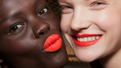 How to Pull Off Bright Lipstick | StyleCaster