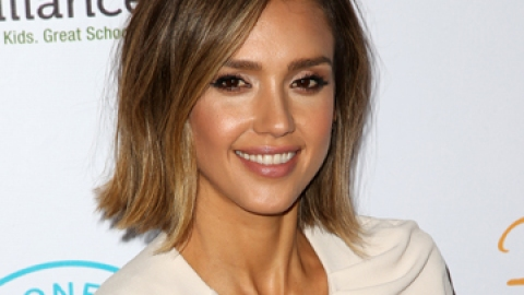 What's in Jessica Alba's Makeup Bag? | StyleCaster