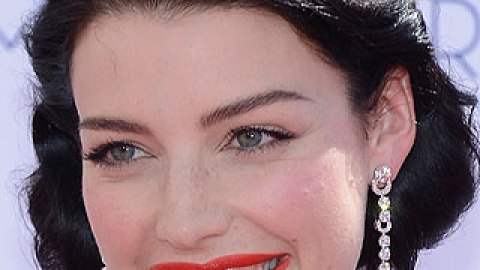 Get The Look: Jessica Paré's Red-Orange Emmys Lip | StyleCaster