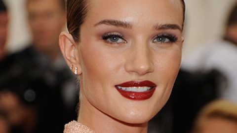 Rosie Huntington-Whiteley Talks Lipstick   StyleCaster