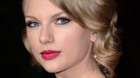 How to Get the Perfect Holiday Beauty Look — As Seen on Taylor Swift | StyleCaster
