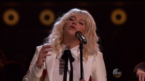 Watch Kesha Kill It with Her Moody Cover of 'It Ain't Me Babe' at the BBMAs | StyleCaster