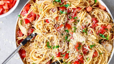 13 Recipes That—Score!—Combine Spaghetti and Salad | StyleCaster