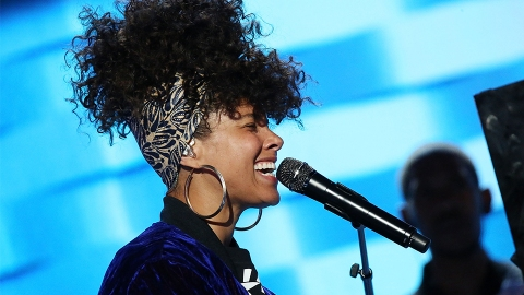 Why Alicia Keys Wasn't Wearing Makeup on 'The Voice' Last Night   StyleCaster