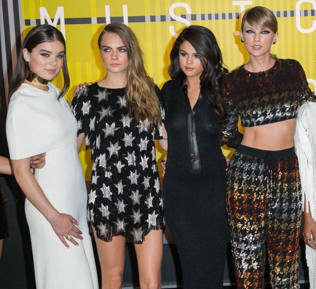 Hailee Steinfeld Plays Down The Squad Doesn T Hang Out With Taylor Much Stylecaster