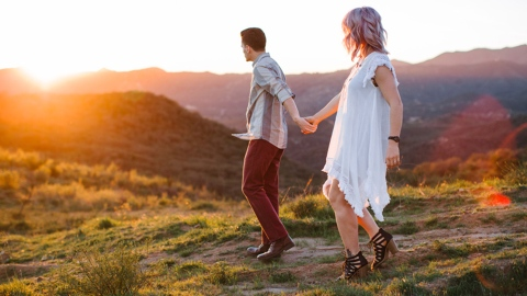 These Couples Prove You Need to Have Your Engagement Photos Taken in the Fall | StyleCaster