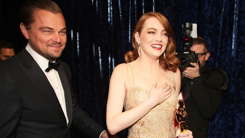Watch the Moment Emma Stone Started Sobbing Into Brie Larson's Arms at the Oscars | StyleCaster