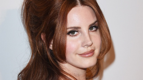 Watch Lana Del Rey Use Her Eyebrow Pencil in the Weirdest Way | StyleCaster