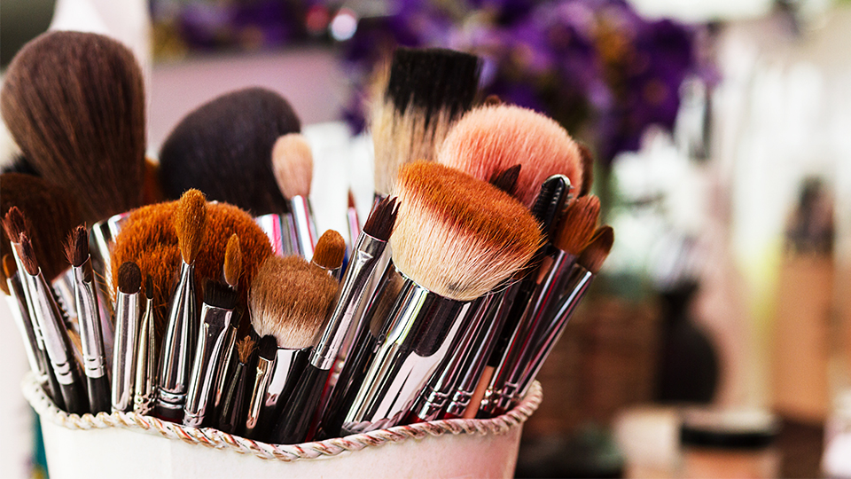 You Need to See This Reddit User's Brilliant Trick for Drying Makeup Brushes