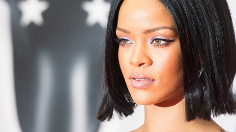 Rihanna Goes Makeup-Free at the Airport, Still Looks Stunning | StyleCaster