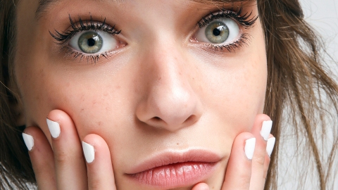 You *Need* to See This Beauty Vlogger Apply Makeup With a Hardboiled Egg   StyleCaster