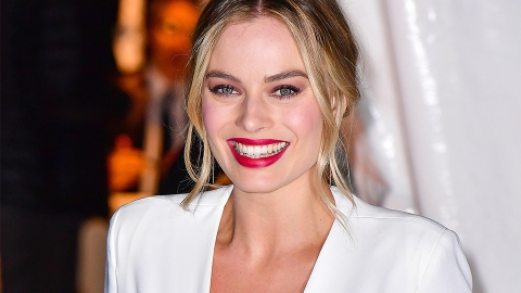 Margot Robbie Uses a Toothbrush to Apply Foundation and It's Freaking Brilliant | StyleCaster