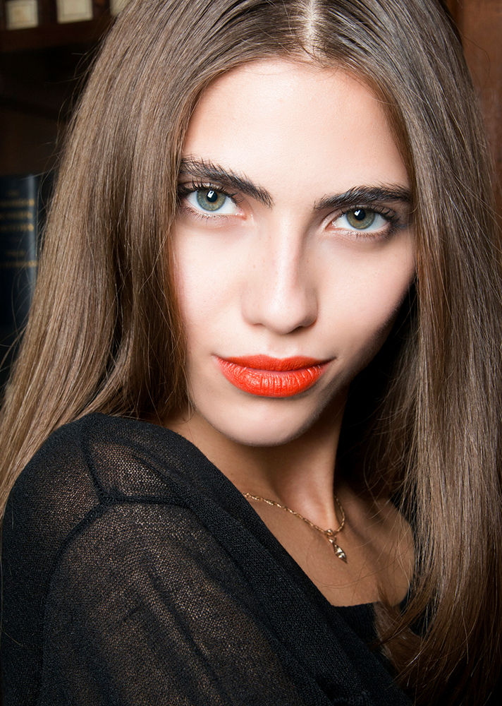 orange lipstick green eyes1 The Beginners Guide to Applying Your Makeup in the Correct Order