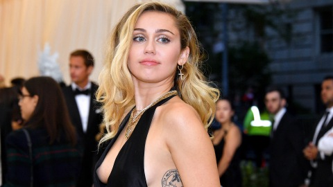 Miley Cyrus Brought Kaitlynn Carter To The VMAs & There Was Plenty Of PDA | StyleCaster