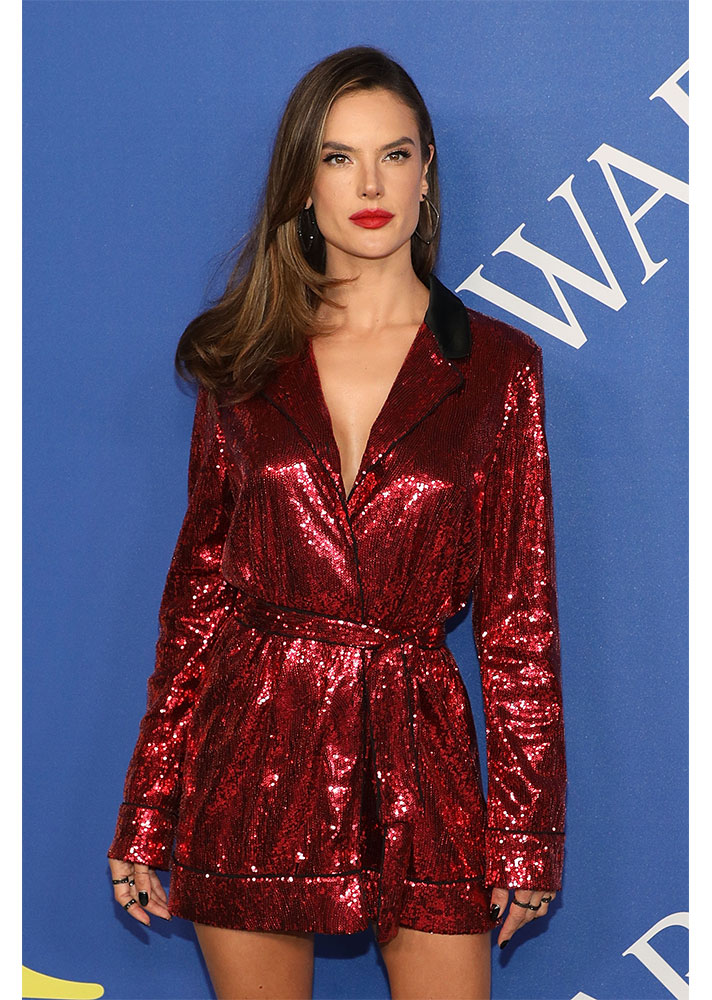 alessandra ambrosio1 Alessandra Ambrosios New Face Framing Bangs Are Our Summer Hair Inspo