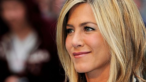 Jennifer Aniston's $5 Trick for Lipstick That Doesn't Budge | StyleCaster