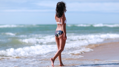 Why You Should Never Lounge Around in a Wet Swimsuit | StyleCaster